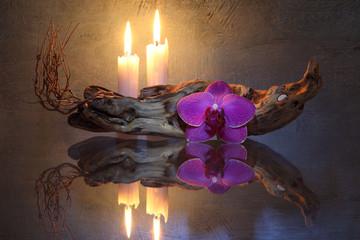 Wurzelholz, Orchidee und Kerzen
