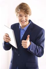 Szczęśliwy pracownik biurowy z tabletem