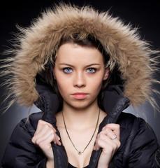 femme sexy aux yeux bleu avec manteau capuche de fourrure