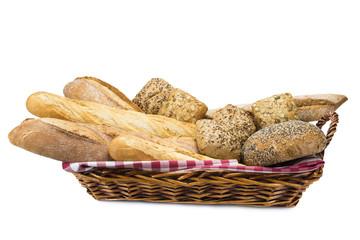 Cesta con diferentes clases de pan aislada en fondo blanco