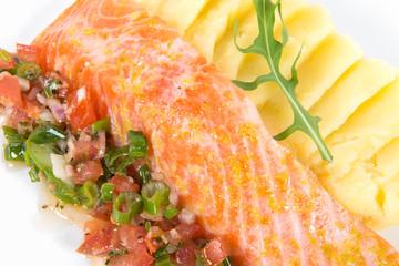 pavé de saumon, purée et brunoise de légumes