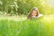 Spannendes Buch auf Sommerwiese