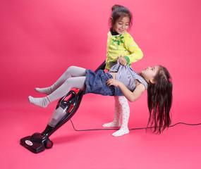 enfant fait le ménage avec sa soeur qui ne veut rien faire