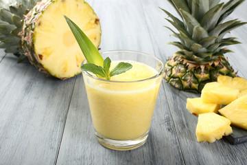 ananas frullato sfondo grigio