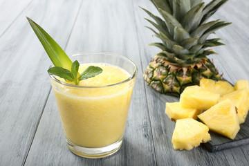 frullato di ananas sfondo grigio