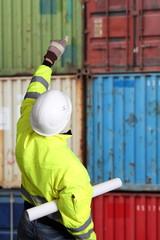 Arbeiter vor Schiffscontainer