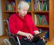Seniorin im Rollstuhl benutzt einen Computer