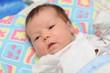 новорожденный ребенок с серыми глазами