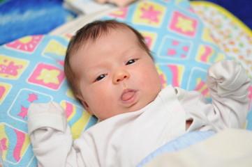 Новорожденный показывает язык