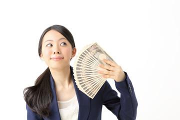 お金を持ってご満悦な女性