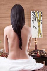Wirbelsäule einer Frau bei der Massage