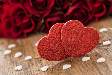 Herzen mit Rosen auf Holz