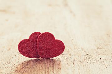 Zwei Herzen auf Holz mit Textfreiraum