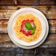 spaghetti pomodoro e basilico su legno