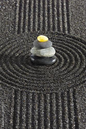 japonski-ogrod-zen-z-kamieniem-w-piasku