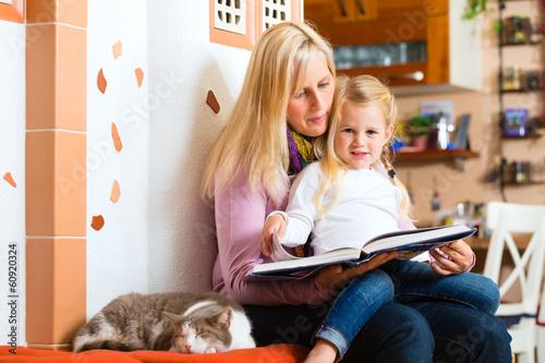 canvas print picture Mutter liest Gute Nacht Geschichte vor