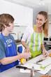 Mutter und Kind kochen gemeinsam Fisch