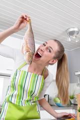 Frau in der Küche mit einem Fisch - witzig und humorvoll