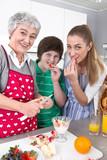 Mehr-Generationen-Haushalt ... Glückliche Familie in der Küche