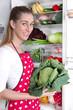 Gesunde Ernährung: Frau mit frischem Gemüse und Obst