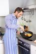 Single Haushalt - Mann in der Küche mit Rührei