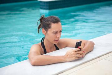 Frau simst aus Urlaub