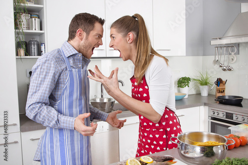 Leinwanddruck Bild Junges Paar in der Küche hat Streit oder Eheprobleme