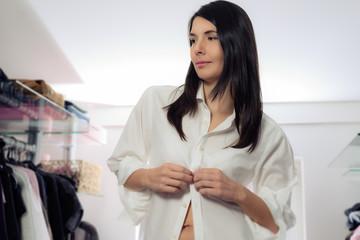 Attraktive Frau knöpft ihre Bluse auf