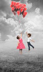 Niños Volando en Globos Corazón