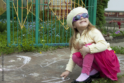 girl draws a chalk
