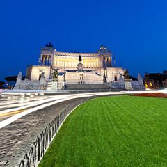 Roma, il Vittoriano da Piazza Venezia al crepuscolo