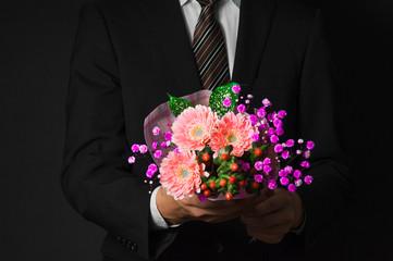 ピンクの花束を持っている紳士