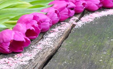 Tulpen und Streudeko auf Holz