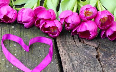 Tulpen und Herz zum Valentinstag