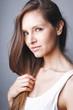 Portrait jolie jeune femme brune en t shirt