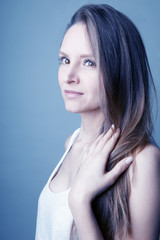 Jeune femme visage doux brune