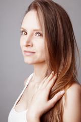 Portrait jeune femme brune maquillage