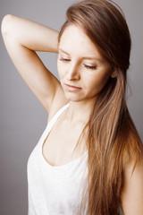 Jeune femme mode au cheveux longs