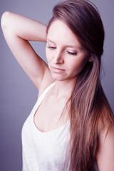 Jeune femme mode au long cheveux