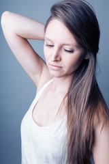 Jeune femme cheveux longs lisses