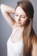 Visage jeune femme cheveux longs