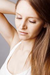 Jeune femme mode maquillage au long cheveux
