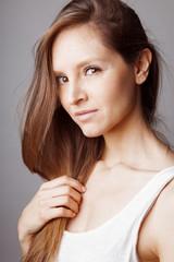 Jeune femme regard doux au cheveux longs