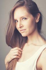Portrait jeune femme cheveux longs lisses
