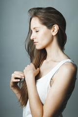 Jeune femme profil yeux fermés