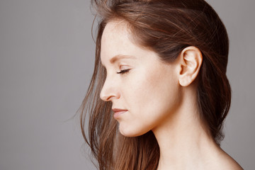 Portrait visage jeune femme brune