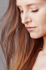 Détail visage jeune femme brune