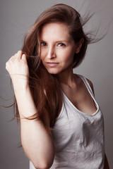 Jeune femme mode cheveux dans le vent