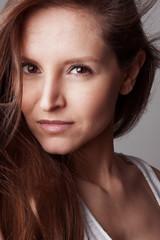 Portrait serre jeune femme brune