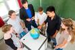 Lehrer unterrichtet Schüler einer Klasse in Schule